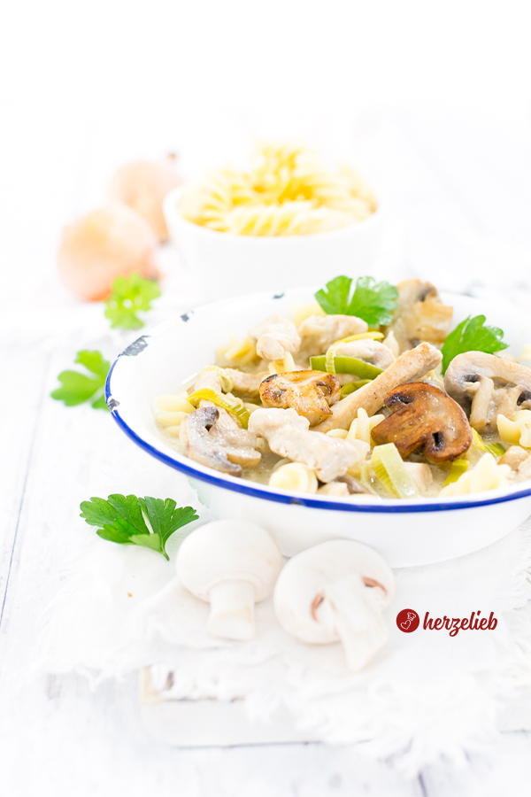 Senf-Putentopf mit Champignons und Nudeln – schnelles Rezept