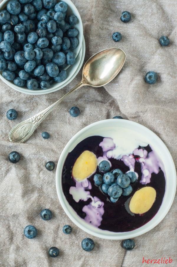 Schwedische Blaubeersuppe mit etwas Sahne und kleinen Grießklöschen - ein kinderleichtes Rezept