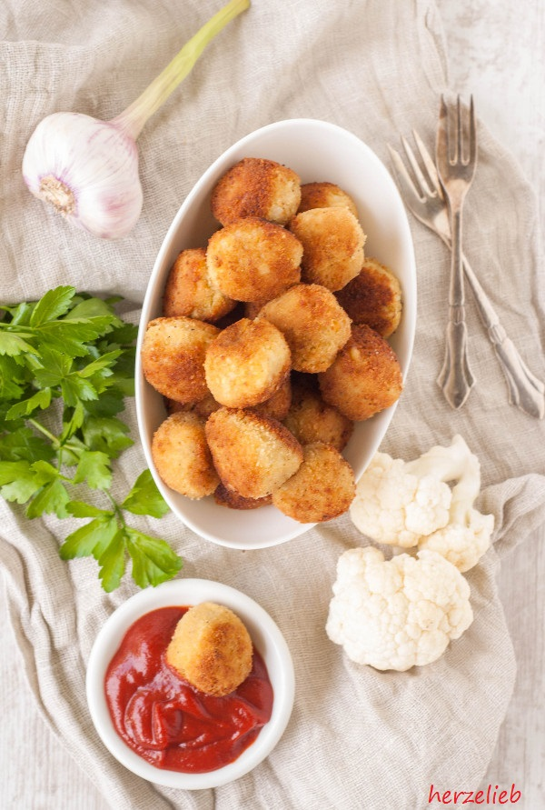 Blumenkohl-Nuggets schmecken mit Tomatenketchup und Currysoße