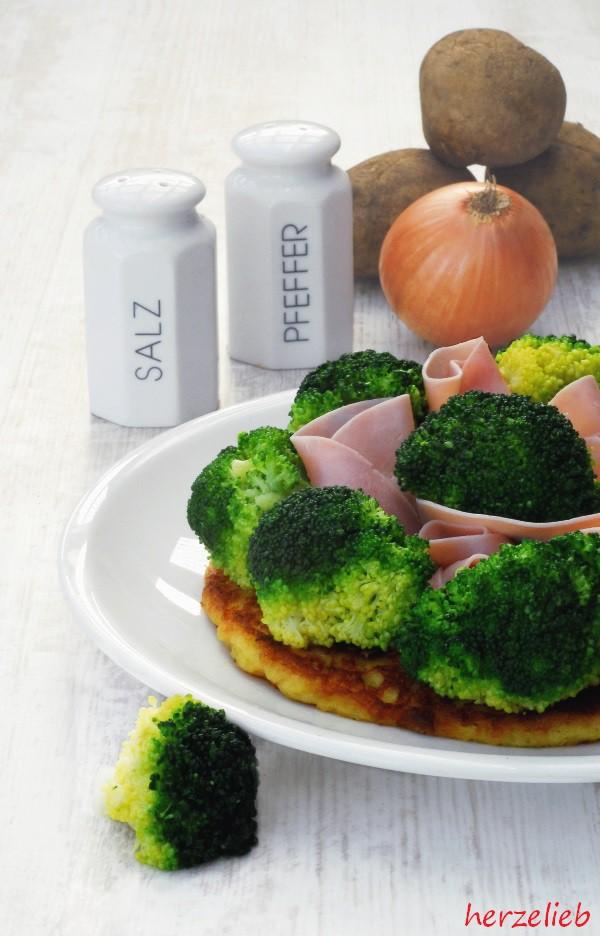 Rösti belegt mit Schinken, Broccoli und Sauce Hollandaise. Wer mag, überbackt das ganze noch mit Käse
