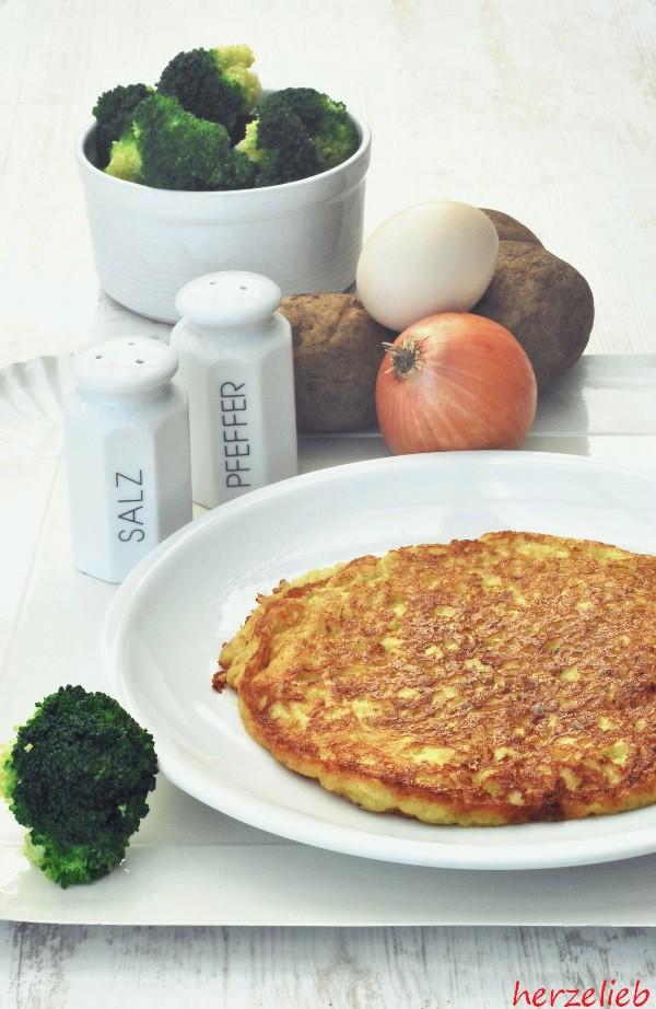 Ein Rösti oder ein Reibekuchen bzw. Kartoffelpfannkuchen ist nach diesem Rezept ganz schnell zubereitet.