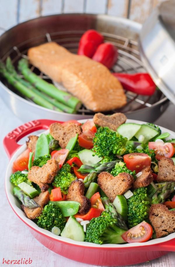 Brotsalat Rezept mit selbstgeräuchertem Lachs und Paprika