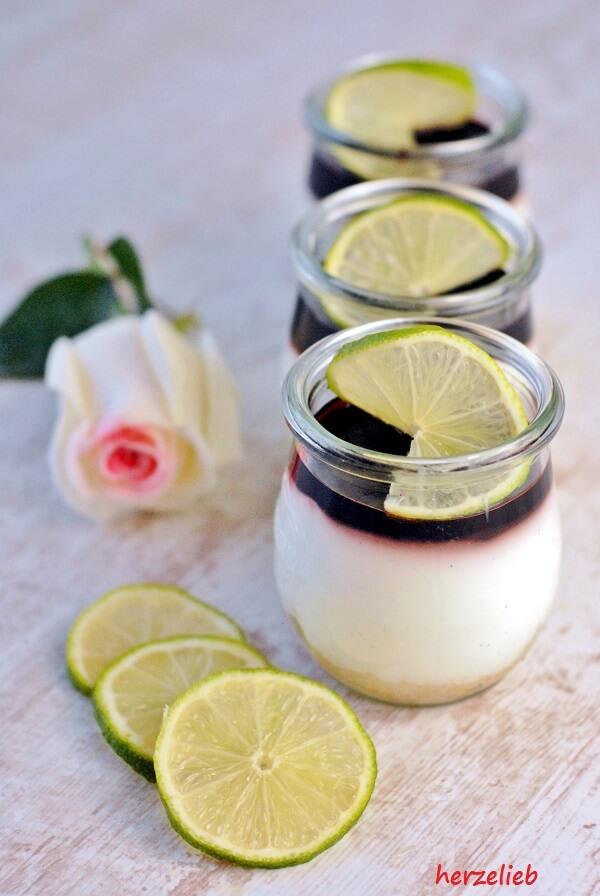 Dessert im Glas von herzelieb. Limone-Holunder-Dickmelk mit Keksboden