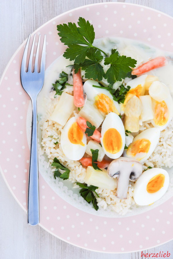 Spargel-Eierfrikasse auf einem Teller