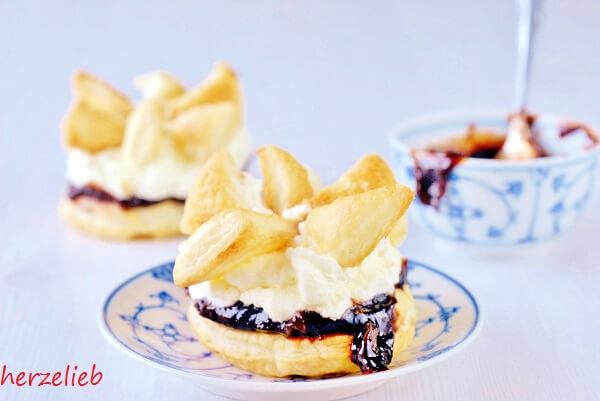 Friesentorte, für das Rezept braucht man Blätterteig, Pflaumenmus und Sahne