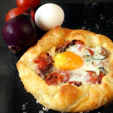 Tomate, Ei, Zwiebeln - dieses Rezept für die herzhafte Galette ist sensationell