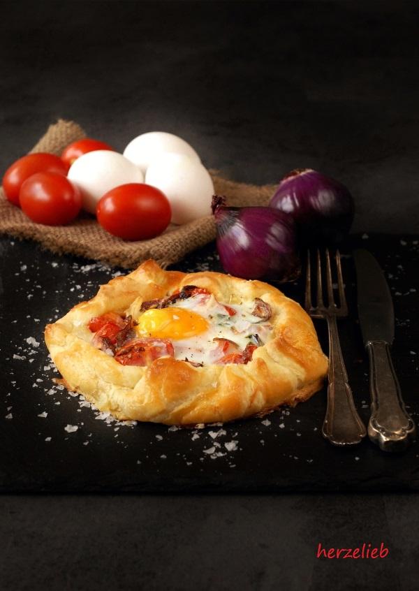 Rezept für herzhafte Galette mit Tomaten, Zwiebeln und Ei im Mürbeteig.