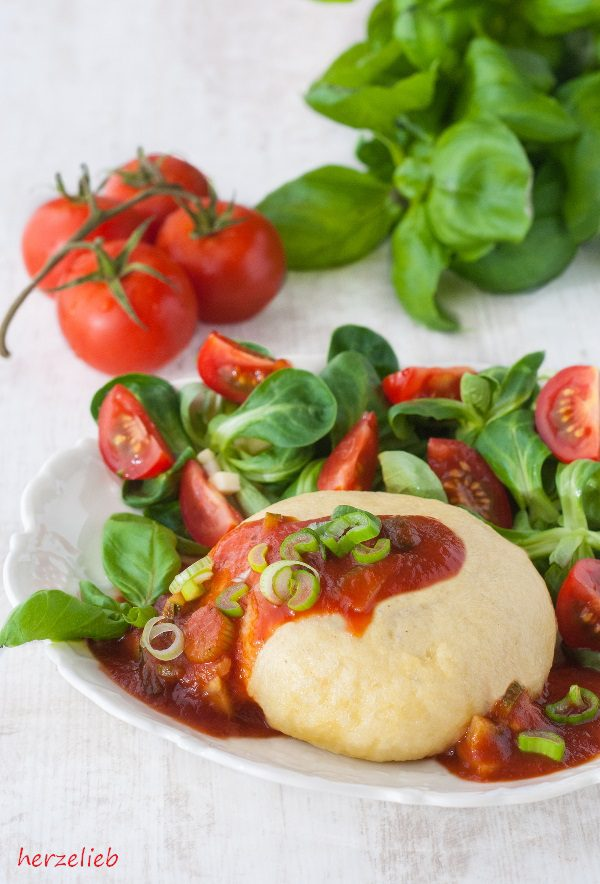 Rezept für Germknödel herzhaft gefüllt mit Hackfleisch, Zucchini, Tomate, Zwiebeln, Kräutern und Schafskäse - dazu gibt es Tomatensoße