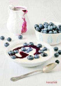 Grießbrei mit Blaubeersoße. Ein Rezept wie von Oma