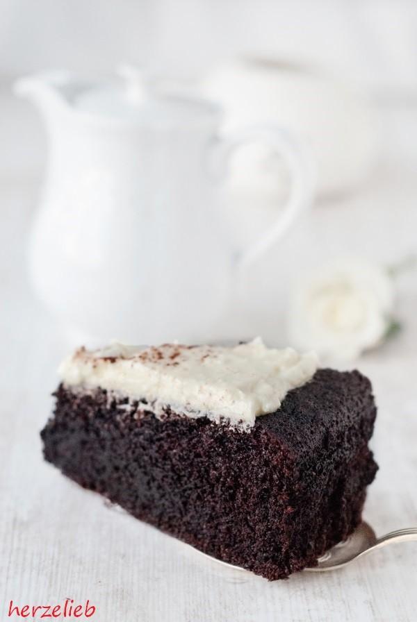 Ein Stück Guinness-Kuchen mit Zitronen-Frosting. Rezept und Anleitung - Das Bier unterstreicht den Geschmack der Schokolade fantastisch.