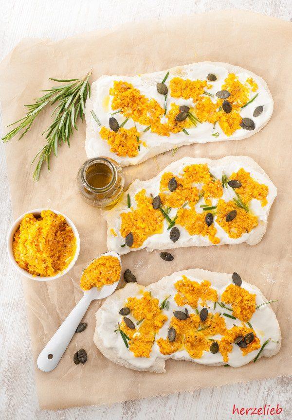 Mit diesem Rezept für ein Kürbis-Pesto aus Hokkaido kann man perfekt eine Pizza verfeinern!