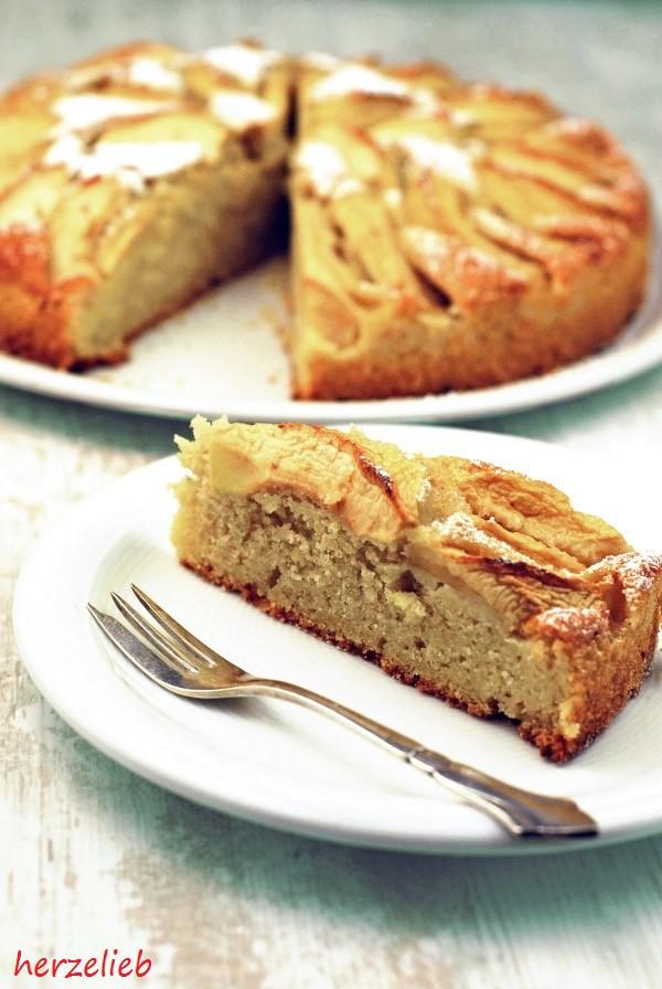 Rohe Kartoffeln in diesem einfachen Rezept machen den Kartoffelkuchen so saftig. Zimt und Zucker gehören einfach dazu.