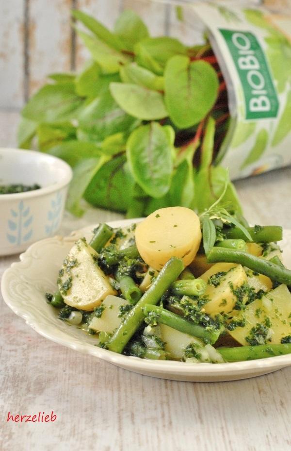 Mit Kartoffelsalat ganz kreativ! Dieses Rezept kommt ganz ohne Mayonnaise aus.