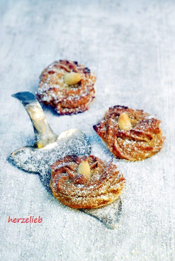 Weihnachtskekse mit Pfiff. Marzipan, Orange und Zimt machen sie so verführerisch. Bei diesem Rezept für Plätzchen kann Weihnachten kommen! https://herzelieb.de
