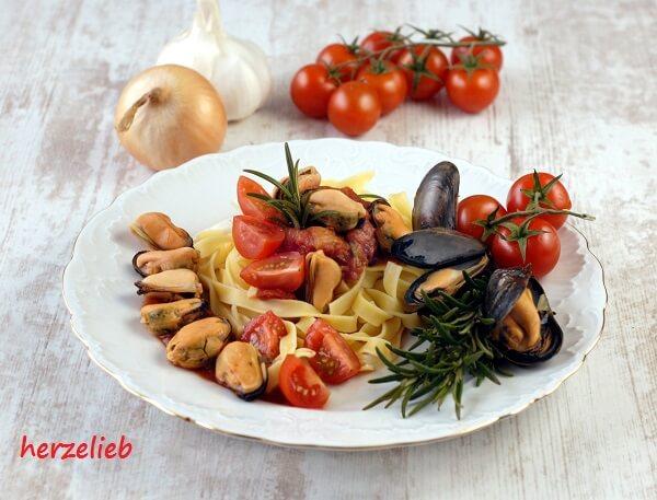 ein Nudelgericht zum Aufwärmen - Miesmuscheln in scharfer Tomatensoße mit Nudeln