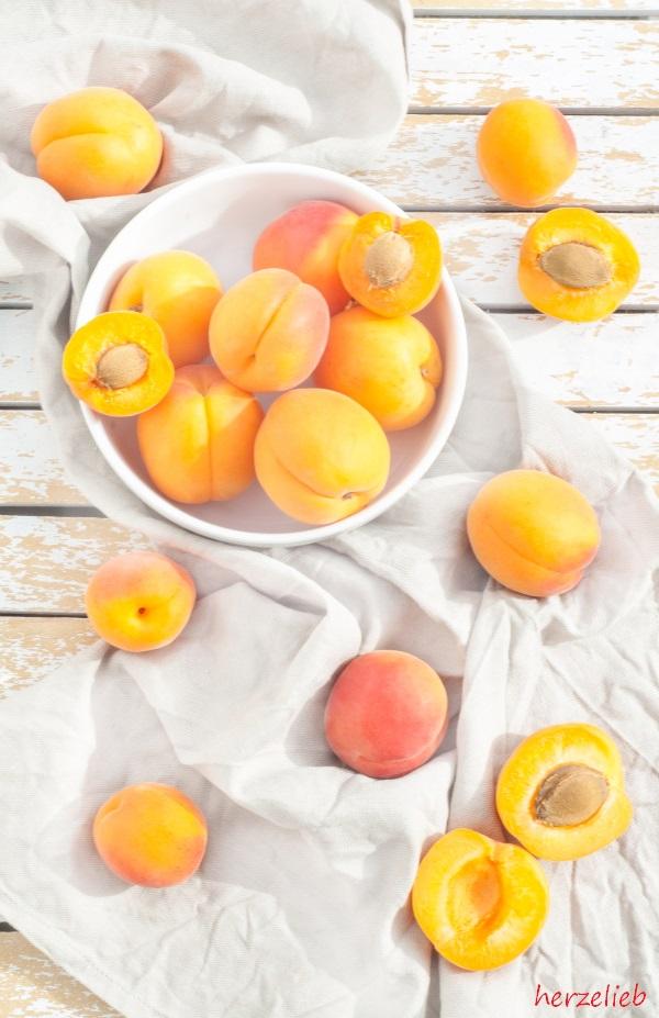 Aprikosen für eine Panna Cotta.