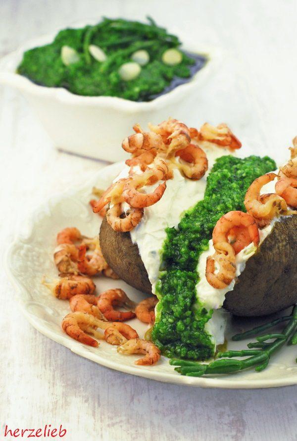 Pellkartoffel mit Quark, Queller-Pesto und Krabben