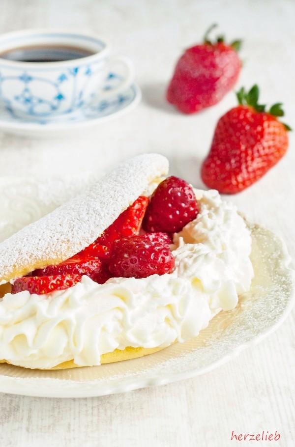 Besser als jede Torte! Rezept für Schaumomelett mit Erdbeeren und Sahne.