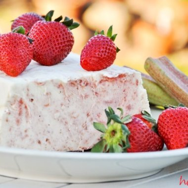 Rhabarbereis schmeckt säuerlich süß, fast wie ein bekanntes Buttermilch-Eis