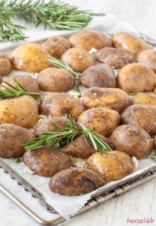 Rosmarinkartoffeln aus dem Ofen auf dem Backblech