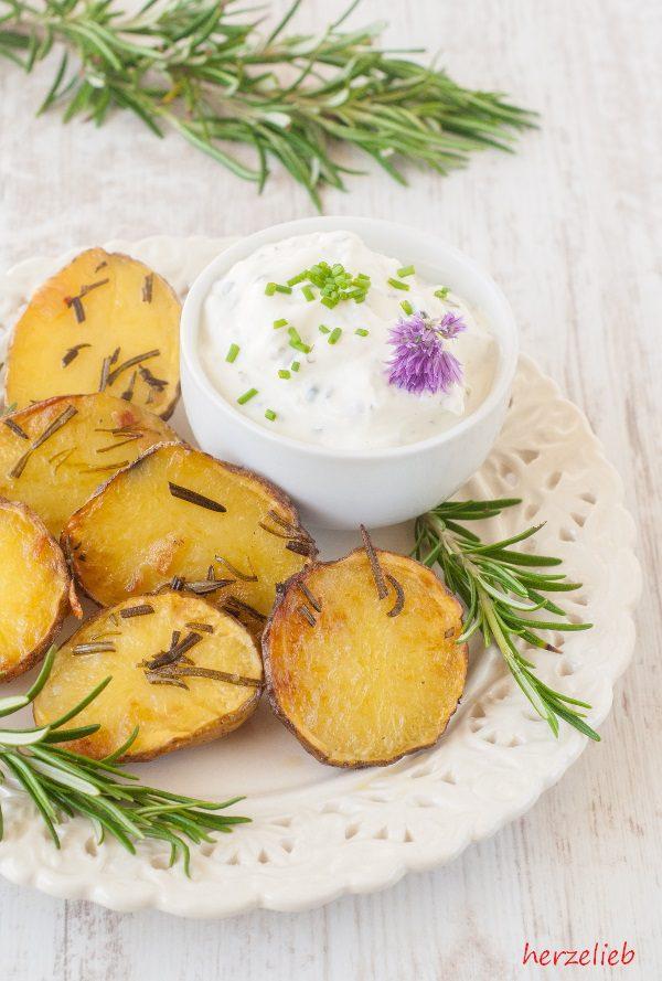 Rosmarinkartoffeln aus dem Backofen it Rosmarin und Schnittlauchblüten-Dip