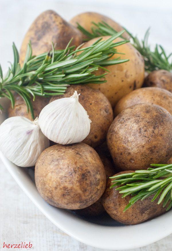 Rosmarinkartoffeln aus dem Backofen Zutaten. Rosmarin, Knoblauch, Kartoffeln