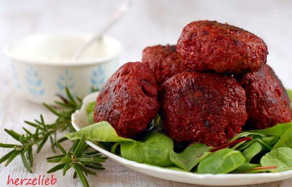 Rote Bete Frikadellen schmecken besonders toll mit viel Rosmarin und Knoblauch