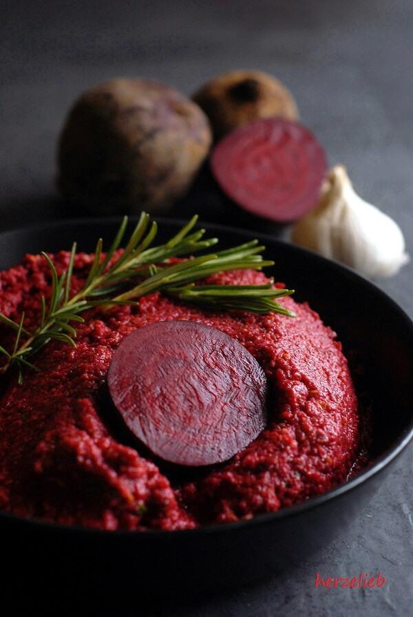 Rote Bete Pesto Rezept - dieser Dip mit Pistazien ist nicht nur ein Augenschmaus! - herzelieb