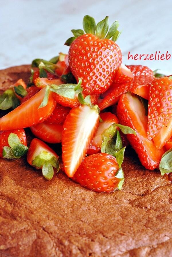 Für diesen einfachen und saftigen Schokoladenkuchen habe ich die Erdbeeren in Sekt mariniert