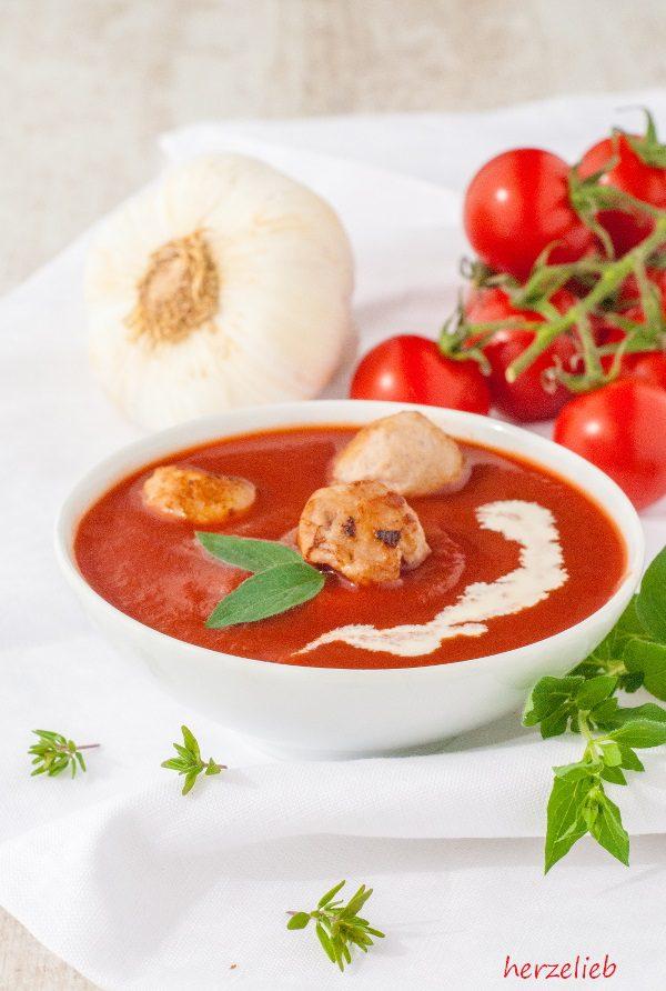 Rezept für Tomatensuppe aus gerösteten Tomaten mit kleinen Fleischbällchen.