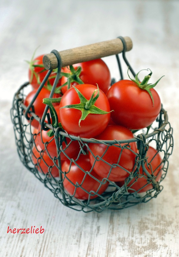 In diesem Jahr ist die Tomatenernte hervorragend. Für diese Tarte habe ich sie geernete