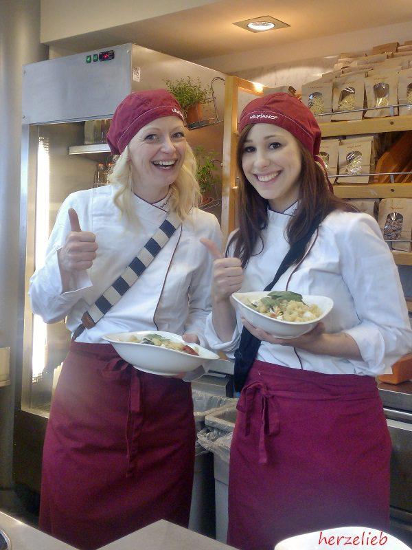 Renate von Titatoni und Mirja Hoechst, die Küchenchaotin