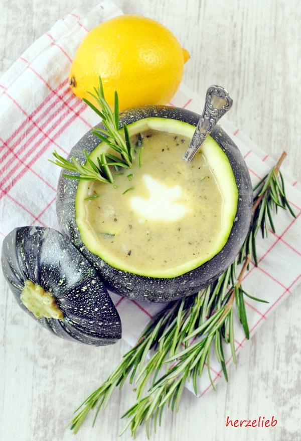 Zucchinisuppe kochen. Für dieses Rezept braucht ihr Rosmarin und Zitrone, damit sie schön frisch ist