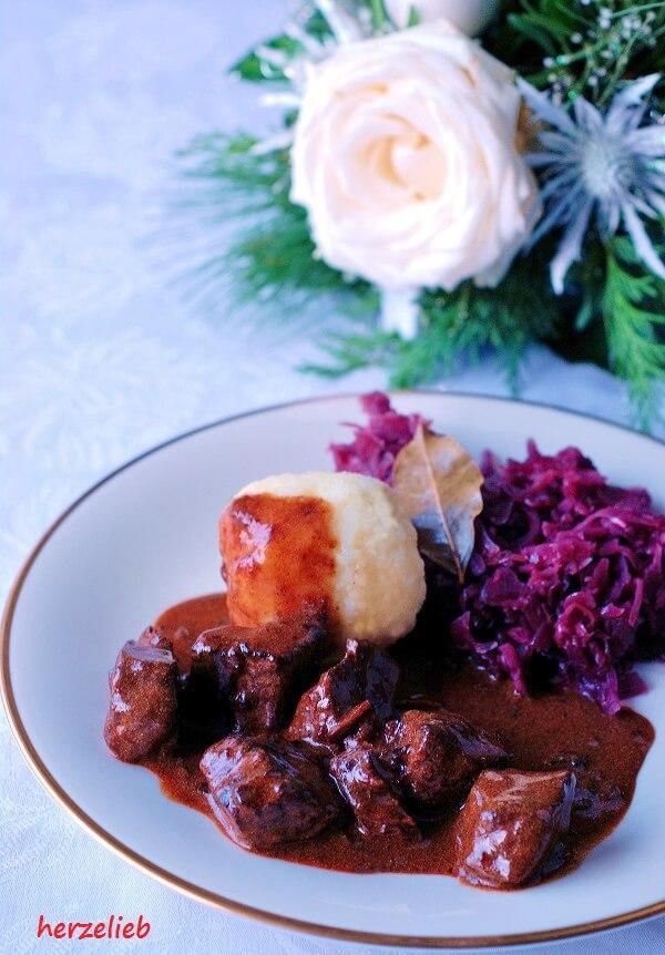 Bestes und perfektes Gulasch mit dunkler Soße mit Rotkohl und Kartoffelknödeln von herzelieb