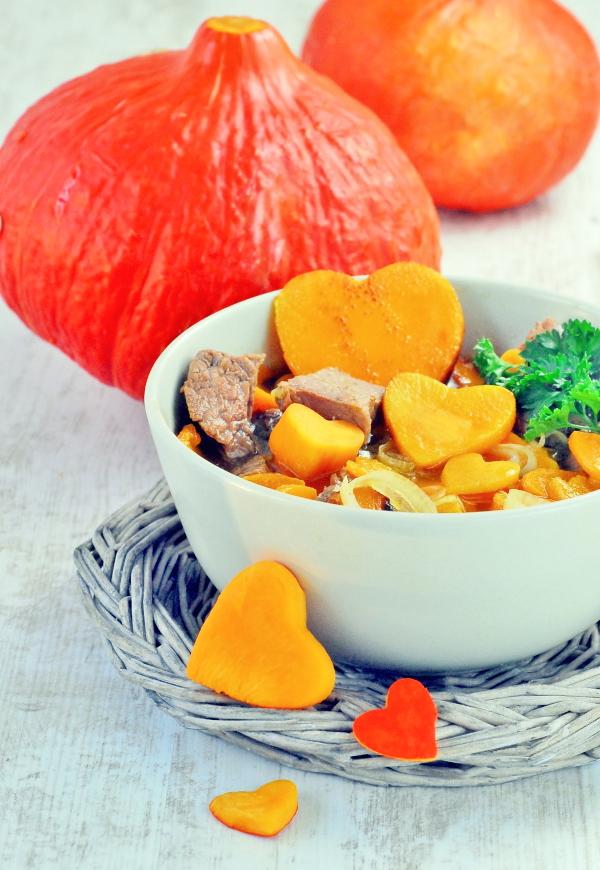 Kürbissuppe - nicht püriert - mit Rindfleisch, Möhren und Chili. https://herzelieb.de